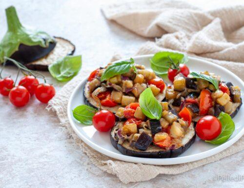 Melanzane a fette con pomodori e basilico