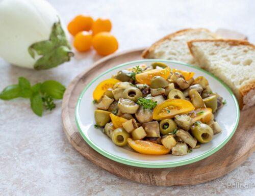Melanzane con olive verdi e pomodori in padella