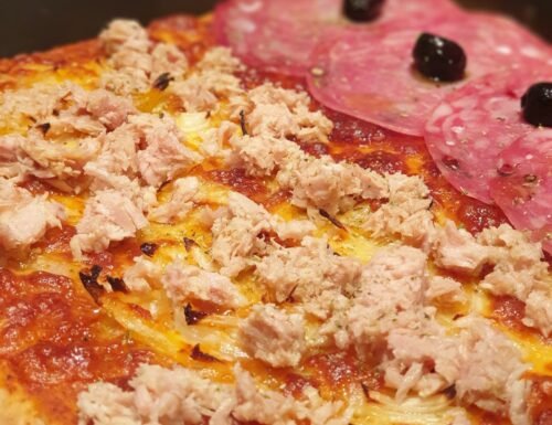Pizza croccante in teglia senza glutine tonno e cipolla e salame e olive nere