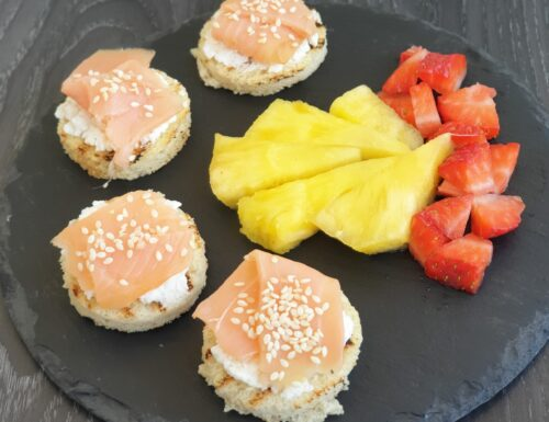 Crostini al salmone e frutta