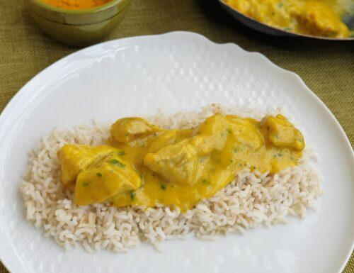 Pollo al curry con una deliziosa crema di latte, curry e curcuma e contorno di riso basmati.