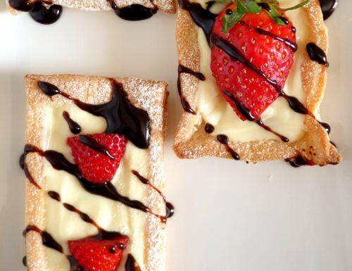 Barchette super veloci di pasta sfoglia con cioccolato bianco e fragole