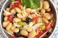 Insalata fredda di fagioli cipolla e pomodori