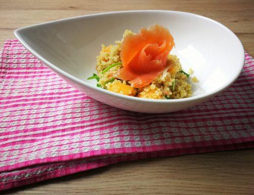 Insalata di quinoa con rucola melone e salmone