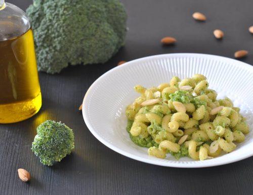 Pasta con pesto di broccoli e mandorle