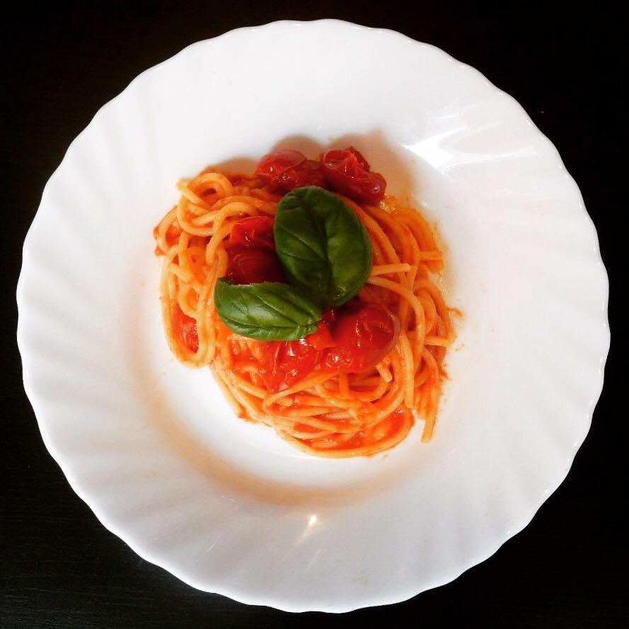 Spaghettoni con sugo di pomodoro fresco