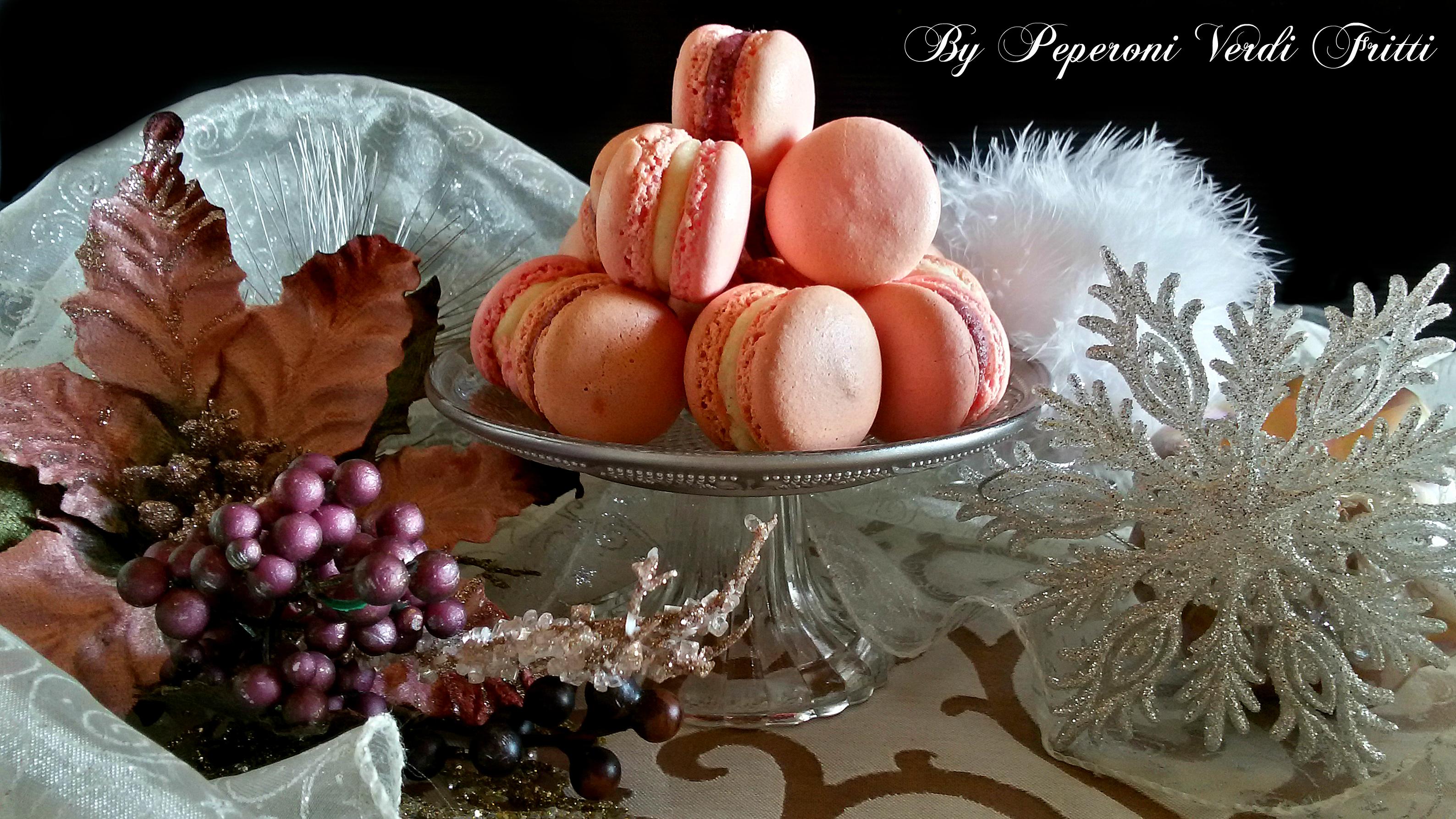 Macarons con crema alla vaniglia e ganache ai frutti di bosco