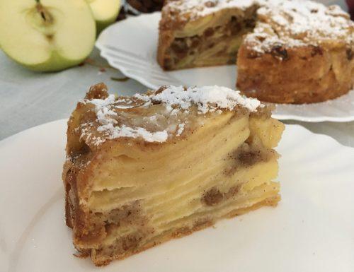 Torta invisibile di mele, uvetta e cannella