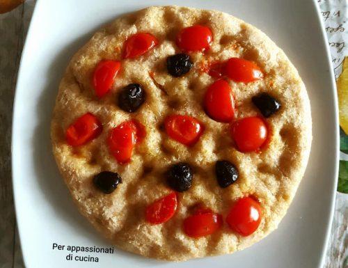 Focaccia con olive nere e pomodorini