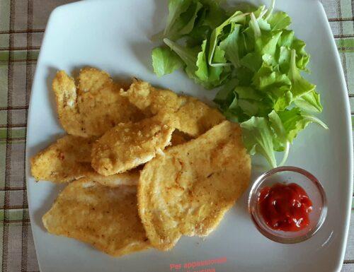 Petto di pollo fritto e insalata