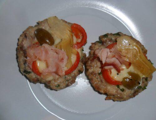 Hamburger farciti al forno, con caciocavallo, olive, pomodorini, salame e carciofi