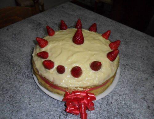 Torta con crema alla vaniglia e fragole