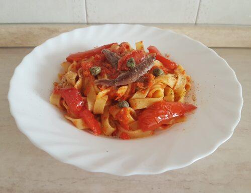 Tagliatelle in salsa di peperoni, con acciughe e capperi