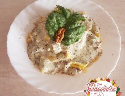 Tortellini ricotta e spinaci, con salsa alla ricotta e noci