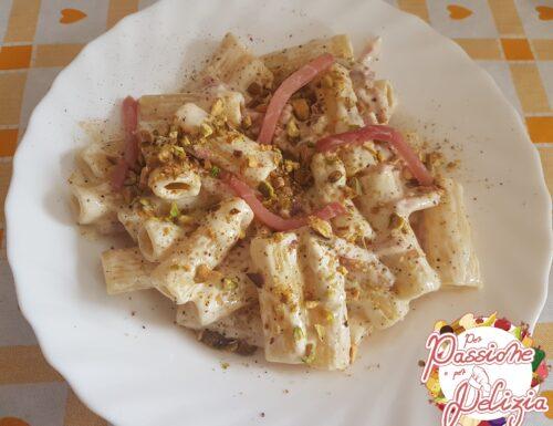 Rigatoni in salsa al camembert, con speck e granella di pistacchi