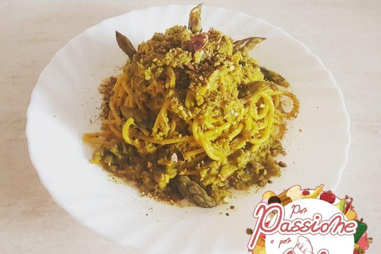 Spaghetti con asparagi, zafferano e granella di pistacchi