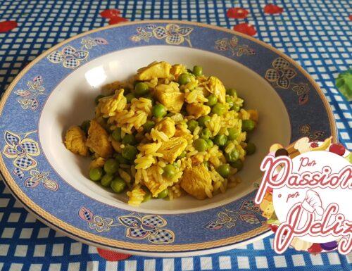 Riso al curry, con pollo e piselli