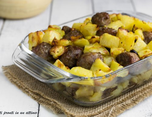 Salsicce al forno con patate e funghi