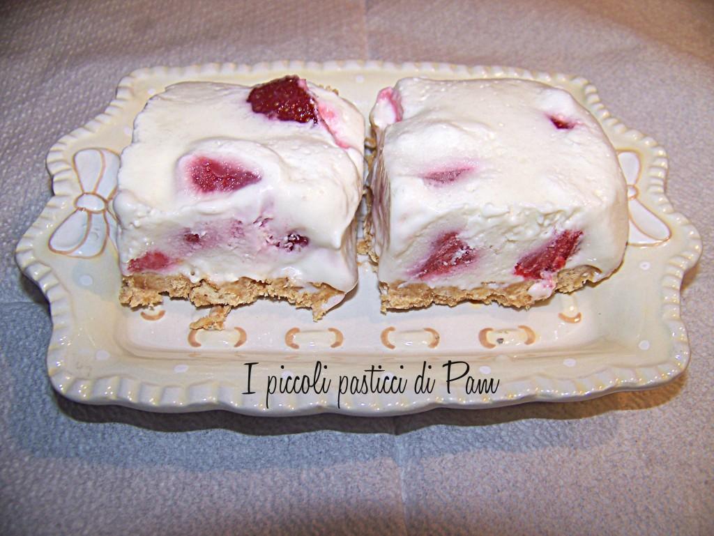 Quadrotti di cheesecake cioccolato bianco e fragole ricetta golosa I piccoli pasticci di Pam