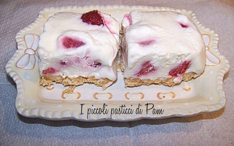 Quadrotti di cheesecake al cioccolato bianco e fragole, ricetta golosa