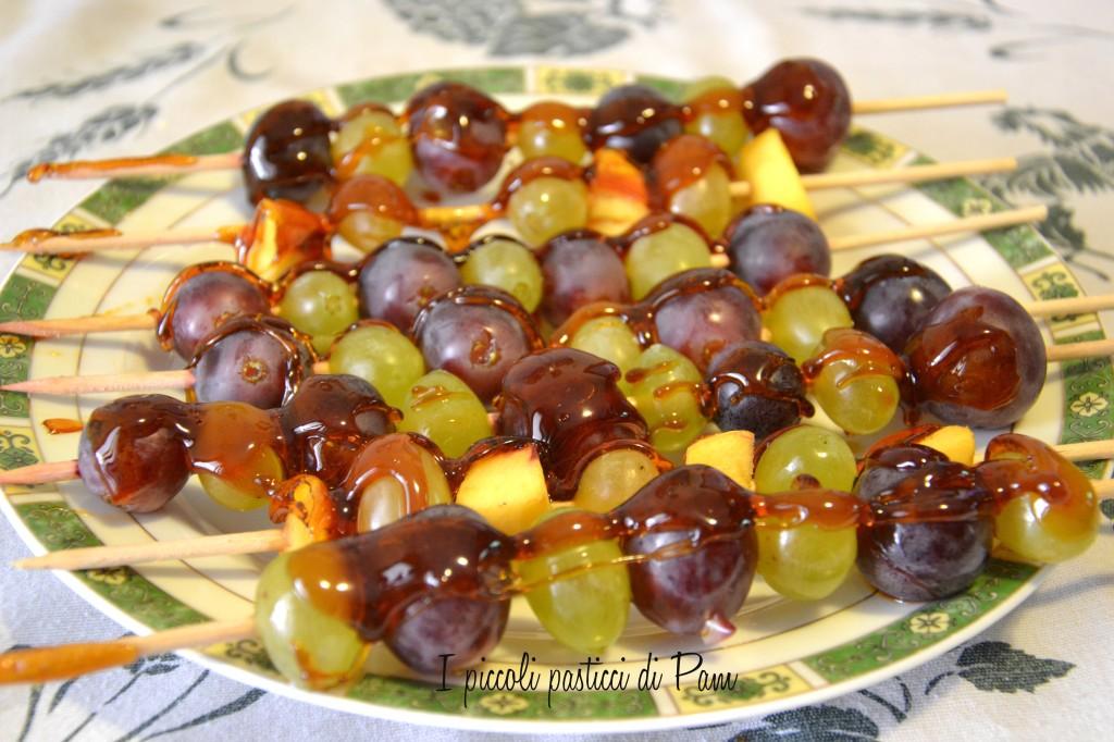 Spiedini di frutta caramellati ricetta dolce I piccoli pasticci di Pam