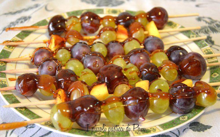 Spiedini di frutta caramellata, ricetta dolce