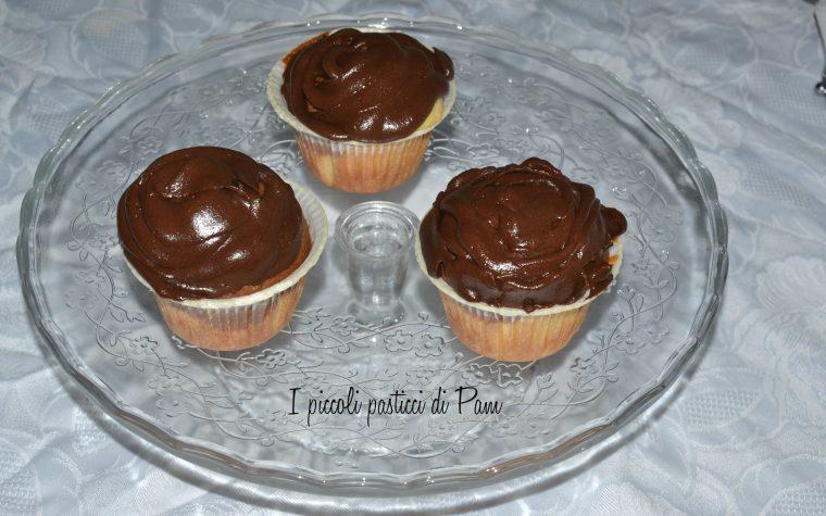 Cupcakes vaniglia e cioccolato con frosting al cioccolato, ricetta golosa