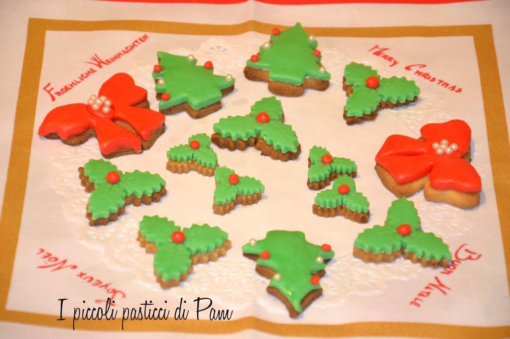Biscotti natalizi alla vaniglia decorati in pasta di zucchero ricetta dolce I piccoli pasticci di Pam