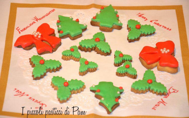 Biscotti natalizi alla vaniglia decorati con pasta di zucchero, ricetta dolce