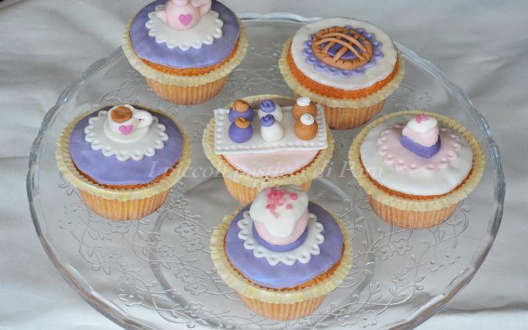 Cupcakes al cocco e nutella decorati con pasta di zucchero, ricetta golosa