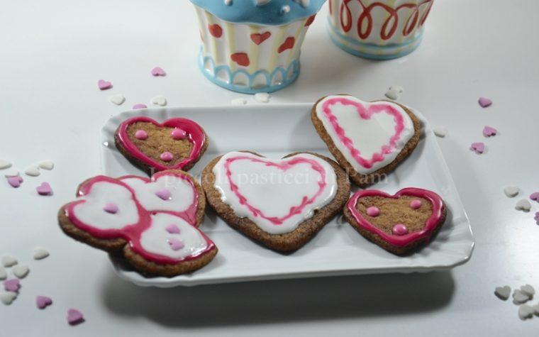 Biscotti al cioccolato e nocciole decorati con glassa