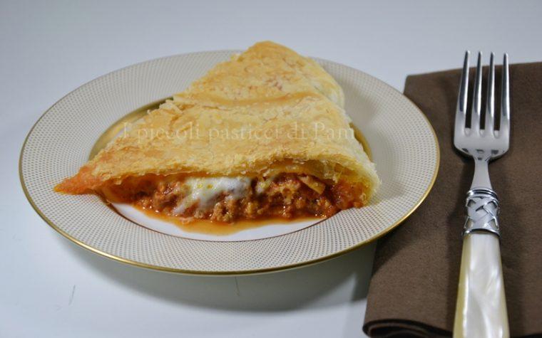 Pasta sfoglia ripiena al ragù e mozzarella