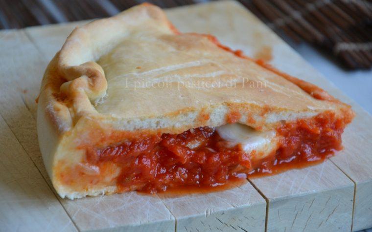 Focaccia ripiena con pomodoro e mozzarella