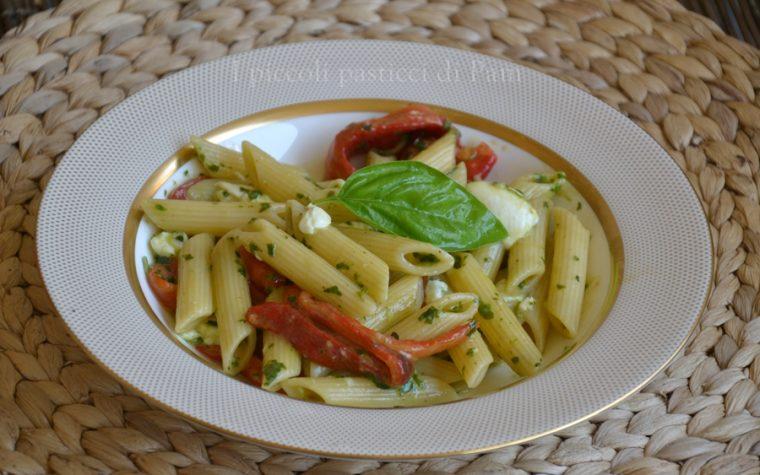 Pasta con peperoni, pesto e mozzarella