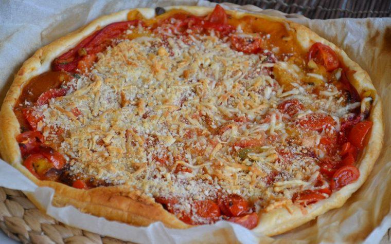 Torta salata con pomodori, peperoni e pecorino