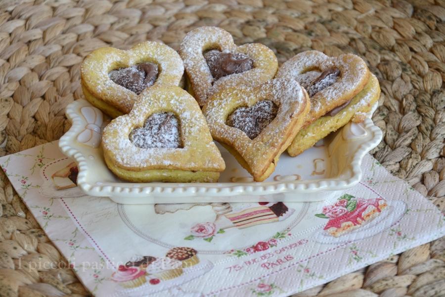Biscotti di pasta frolla ripieni con nutella