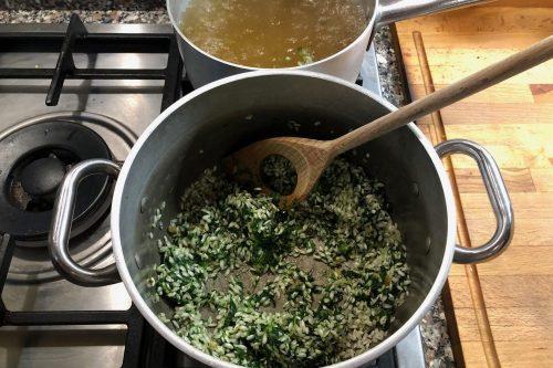 Risotto con gli spinaci: si scaldano bene gli spinaci