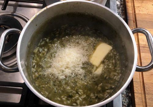 Risotto con gli spinaci: aggiunta finale di parmigiano e burro
