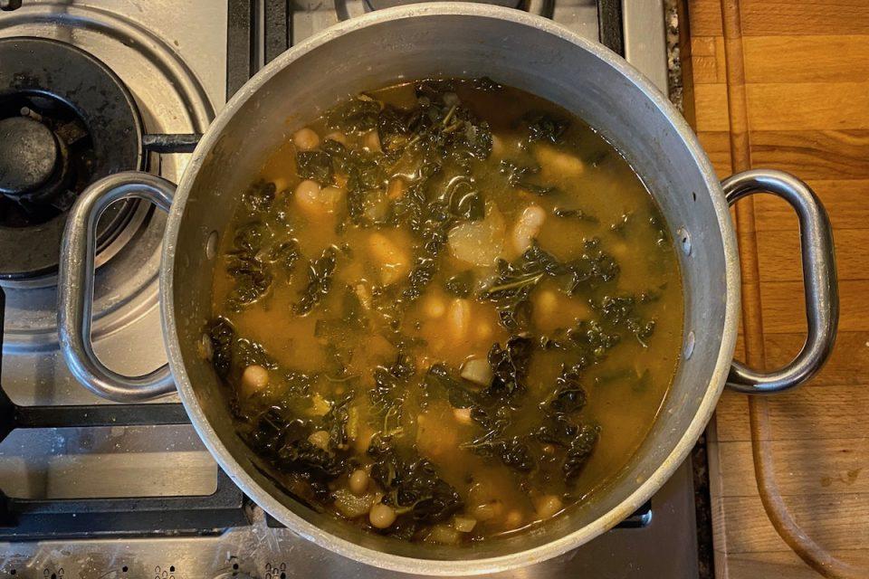 Zuppa di fagioli e cavolo nero