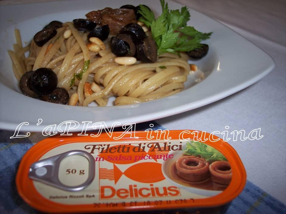 Pasta con alici, olive e pinoli
