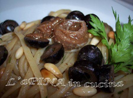 Linguine con alici, olive e pinoli