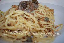 Spaghetti con acciughe, capperi e…mollica di pane