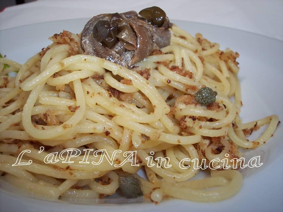 Spaghetti con acciughe, capperi e...mollica di pane
