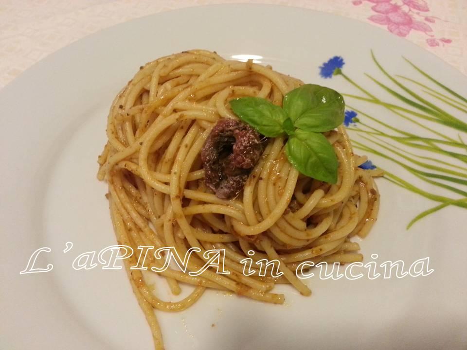 Spaghetti al pesto di pomodori secchi, olive e alici