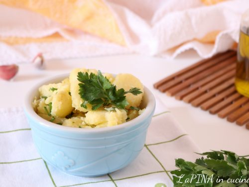 Insalata di patate lesse con prezzemolo e aglio