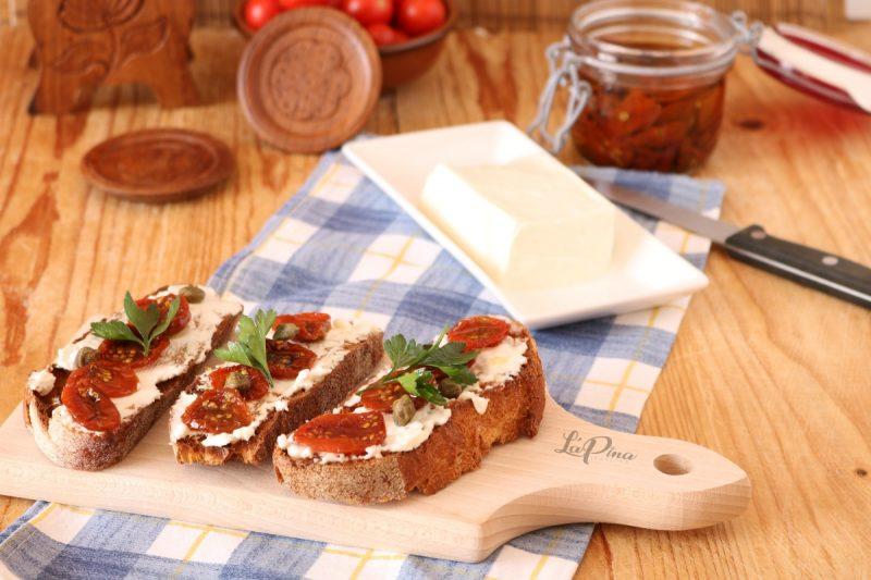 Crostini con pomodorini secchi e formaggio spalmabile