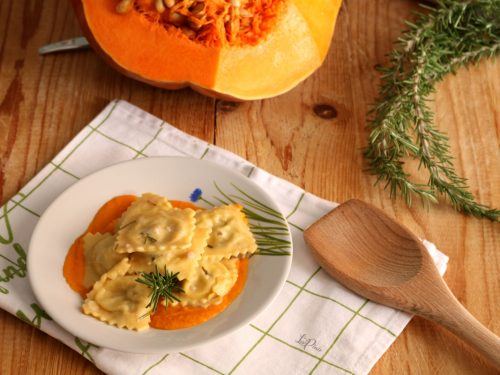 Ravioli alla zucca con salsiccia e rosmarino