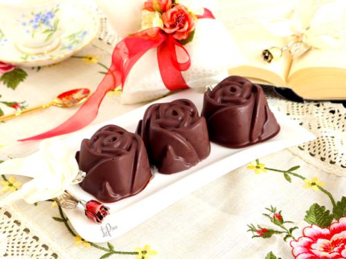Rose di cioccolato e pan di spagna