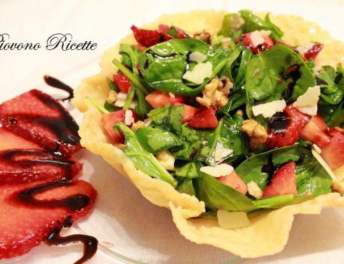 Insalata di spinaci e fragole in cestini di parmigiano