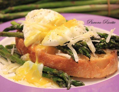 Bruschetta con asparagi e uovo in camicia